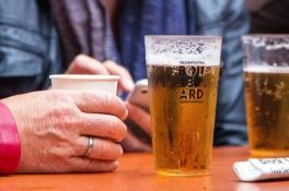Coronanieuws: 'Avondklok voor cafés zal in studentensteden niet helpen'