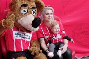600 baby'tjes klaargestoomd voor rood-wit: 'PSV-fan vanuit de luier'