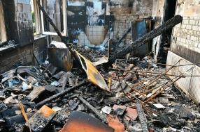 Binnen kijken na de verwoestende vlammenzee in een huis in Sterksel