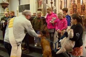 Hanne en Sanne laten op dierendag hun knuffelberen zegenen: 'Een hele belevenis'