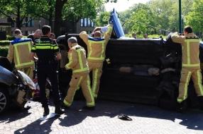Hoogzwangere vrouw bekneld in gekantelde auto na botsing