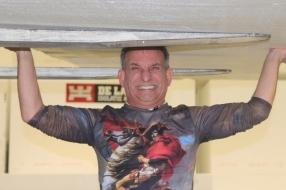 Johan Vlemmix viert zijn 60e verjaardag met een wereldrecord: hij tilt een blok van 5 kubieke meter