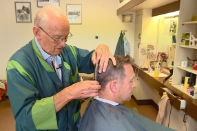 Na bijna zeventig jaar is stoppen er nog niet bij voor Sjef de Kapper: 'Ik heb heel Bakel geknipt'