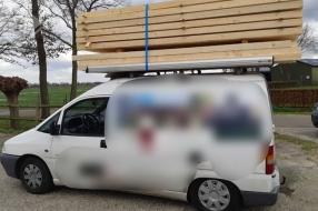 U hebt een stapel hout op uw auto, mag u zo rijden?