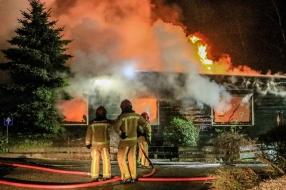 Uitslaande brand in chalet in Bakel, brandweer voorkomt dat vuur overslaat