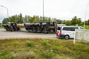 Vrachtwagen gekanteld bij ongeluk op de N279 bij Beek en Donk